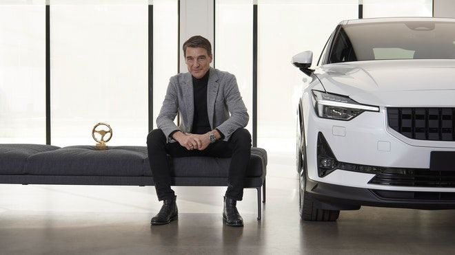 Polestar CEO Thomas Ingenlath, flanked by the Golden Steering Award and the Polestar 2.