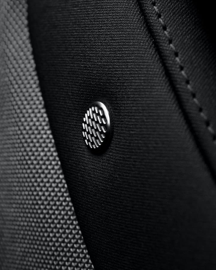Le bouton orné du logo Harman Kardon à 60°.
