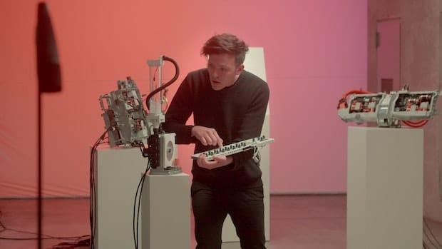 Moritz crée de la musique avec les composants de la Polestar 2