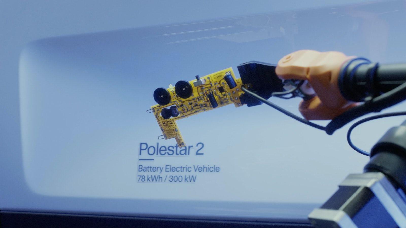 Moritz zijn robot spoort de geluiden van de Polestar 2 op.