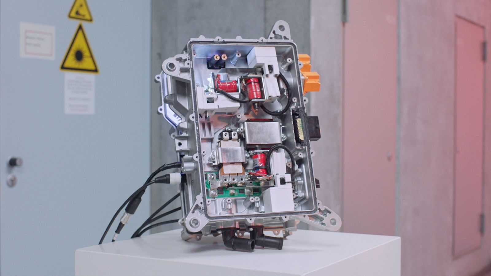 Een van Moritz zijn robots, gemaakt uit Polestar 2-onderdelen.